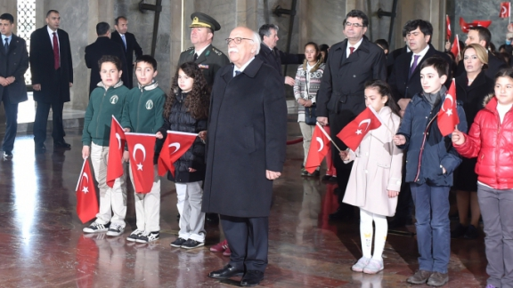 Minister Avcı at Anıtkabir with children