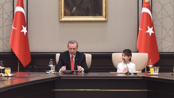 Minister Avcı and children at the Presidential Complex